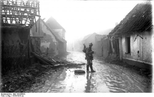 Unknown photographer, Etricourt, Soldier between detroyed buildings, black-and-white photograph, 1916-1918, source: Deutsches Bundesarchiv (German Federal Archive), Bild 104-0608A, wikimedia commons