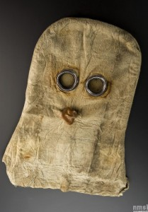 « Gas mask, helmet type, canvas with metal fittings and glass eyepieces, British, 1915 », Collections numérisées du Science Museum London, http:// collectionsonline.nmsi.ac.uk/ grabimg.php?wm=1&kv=182709