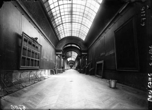 Le musée du Louvre pendant la guerre. la grande galerie (source, agence Meurisse, Gallica, BnF)
